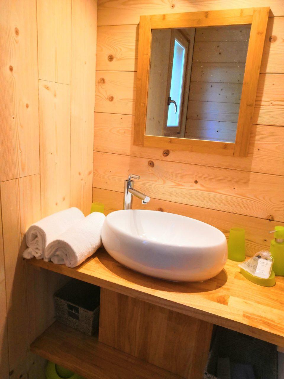 salle de bain cabane insolite sarlat avec sauna hammam jacuzzi piscine chauffee Dordogne