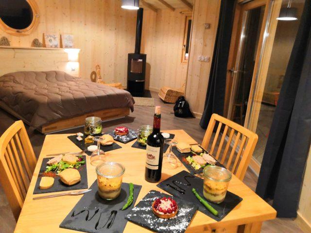 Repas gourmand en tête a tête cabane Sarlat avec sauna hammam spa jacuzzi